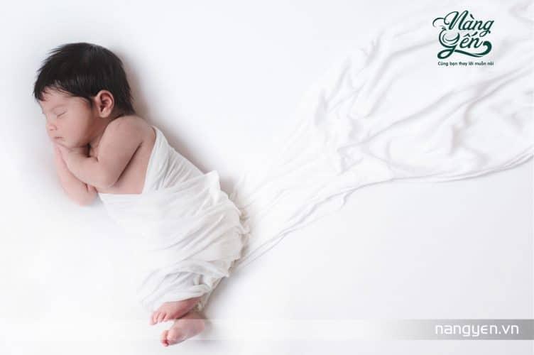 Trẻ sơ sinh có sức đề kháng rất yếu ớt và dễ bị lây nhiễm vi khuẩn, do đó trước khi đến thăm bé bạn cần vệ sinh cơ thể sạch sẽ