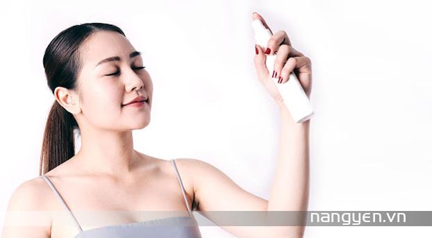 Cấp nước đầy đủ cho da bằng việc uống đủ 2 lít nước lọc mỗi ngày và dùng xịt khoáng để giúp da mềm mại