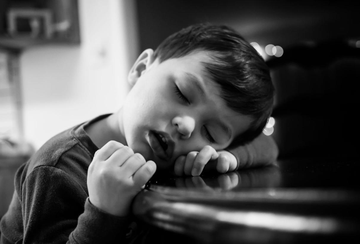 Những với một đứa trẻ có hệ miễn dịch yếu ớt chúng sẽ thường mệt mỏi, đờ đẫn, bơ phờ, hay ngủ ngày và không muốn động tay động chân