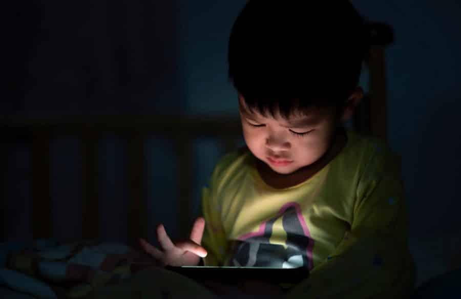 Không nên cho trẻ xem ipad quá khuya ảnh hưởng tới sức khỏe