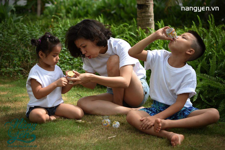 Hàng ngày cũng nên đẩy trẻ ra ngoài trời khoảng 15 phút để trẻ được hít thở không khí trong lành, tiếp xúc với ánh nắng mặt trời giúp trẻ thoải mái hơn