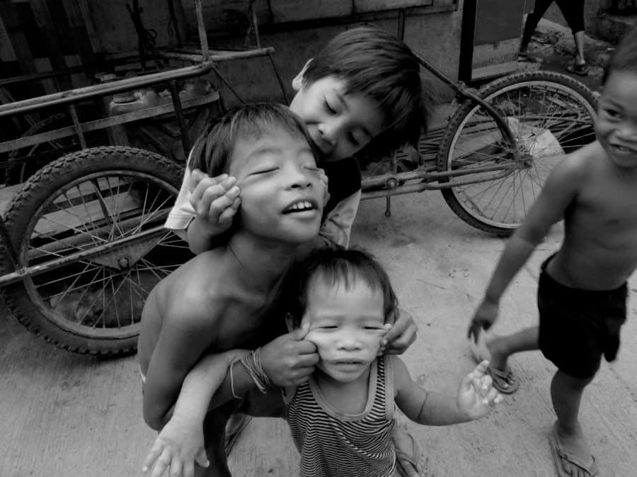 không đẩy trẻ đi ăn rong ngoài đường, giúp trẻ cảm nhận được niềm vui khi ăn uống và tận hưởng độ ngon của thức ăn