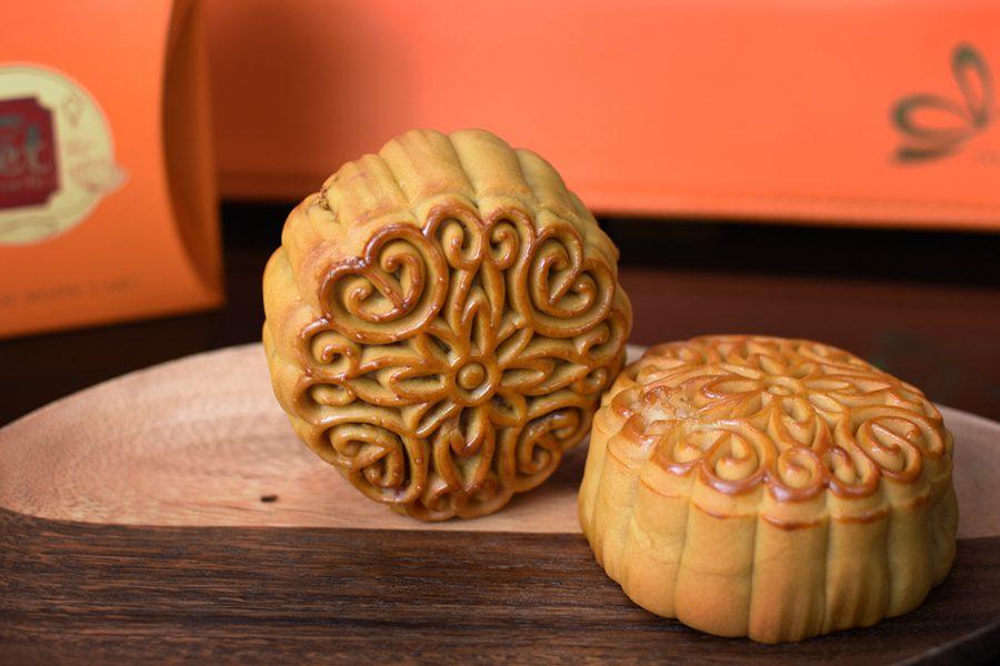 Hoa văn trên mặt bánh được điêu khắc chạm trổ sắc xảo, tinh tế trên mỗi chiếc bánh