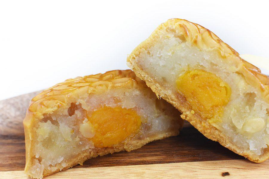 Chiếc bánh được cắt ra không bị bể khô phần trứng muối, khi ăn lại bùi và thơm vừa đủ.
